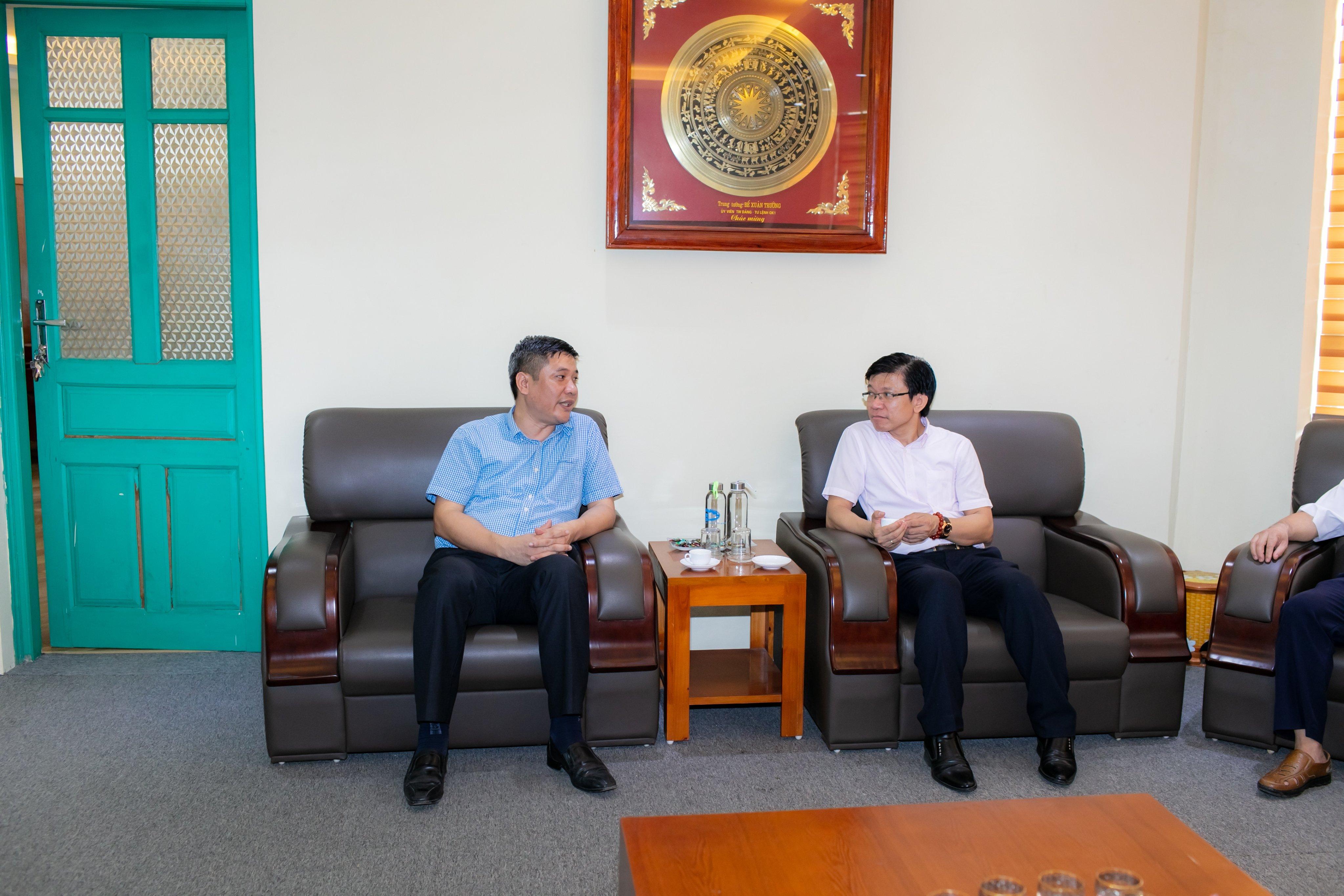 Hiệu trưởng, PGS.TS.Nguyễn Văn Đăng tiếp và trao đổi GS. Hoàng Anh Tuấn