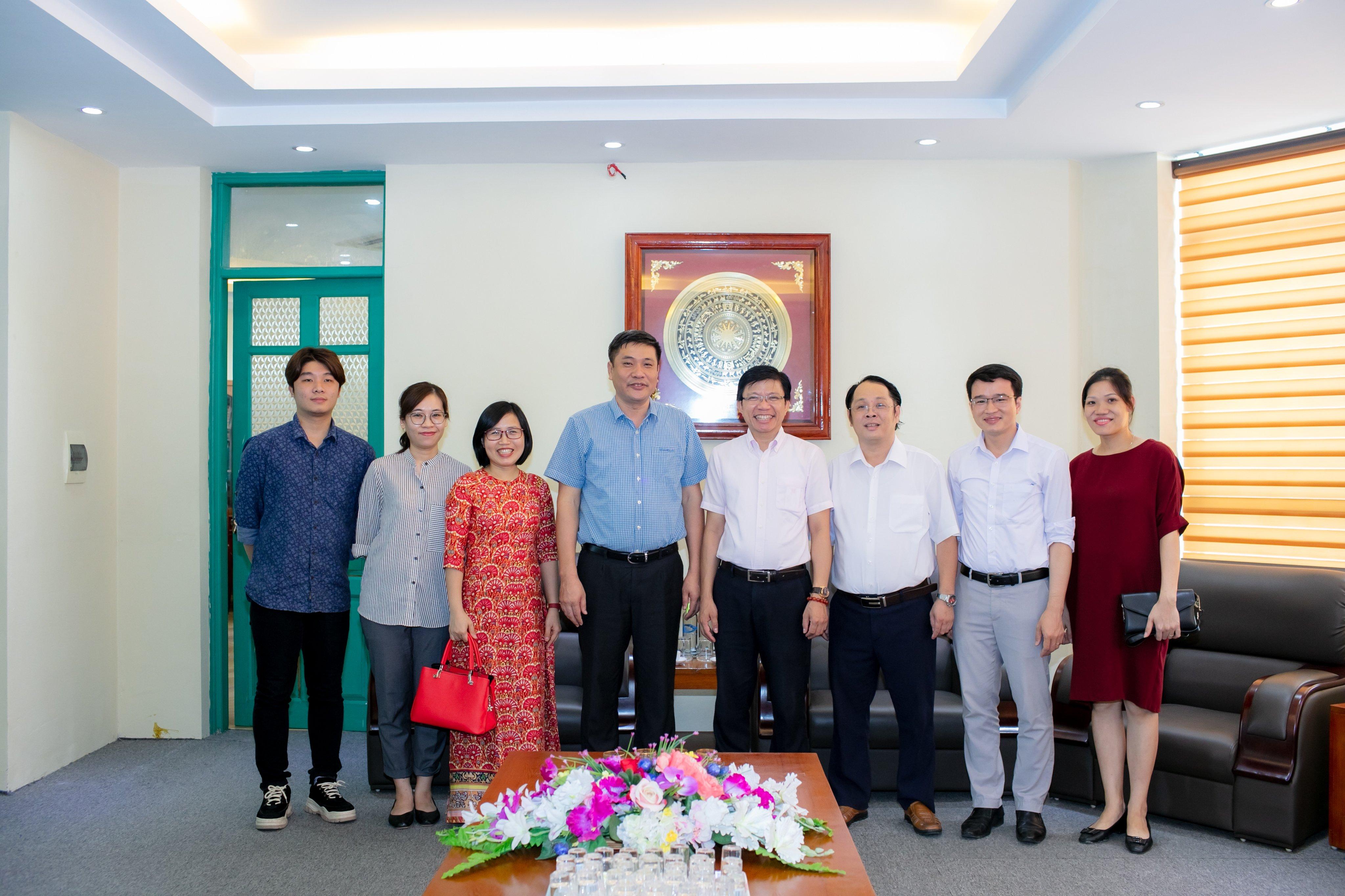 Hiệu trưởng, PGS.TS.Nguyễn Văn Đăng chụp ảnh cùng GS. Hoàng Anh Tuấn và cán bộ Khoa Khoa học Xã hội