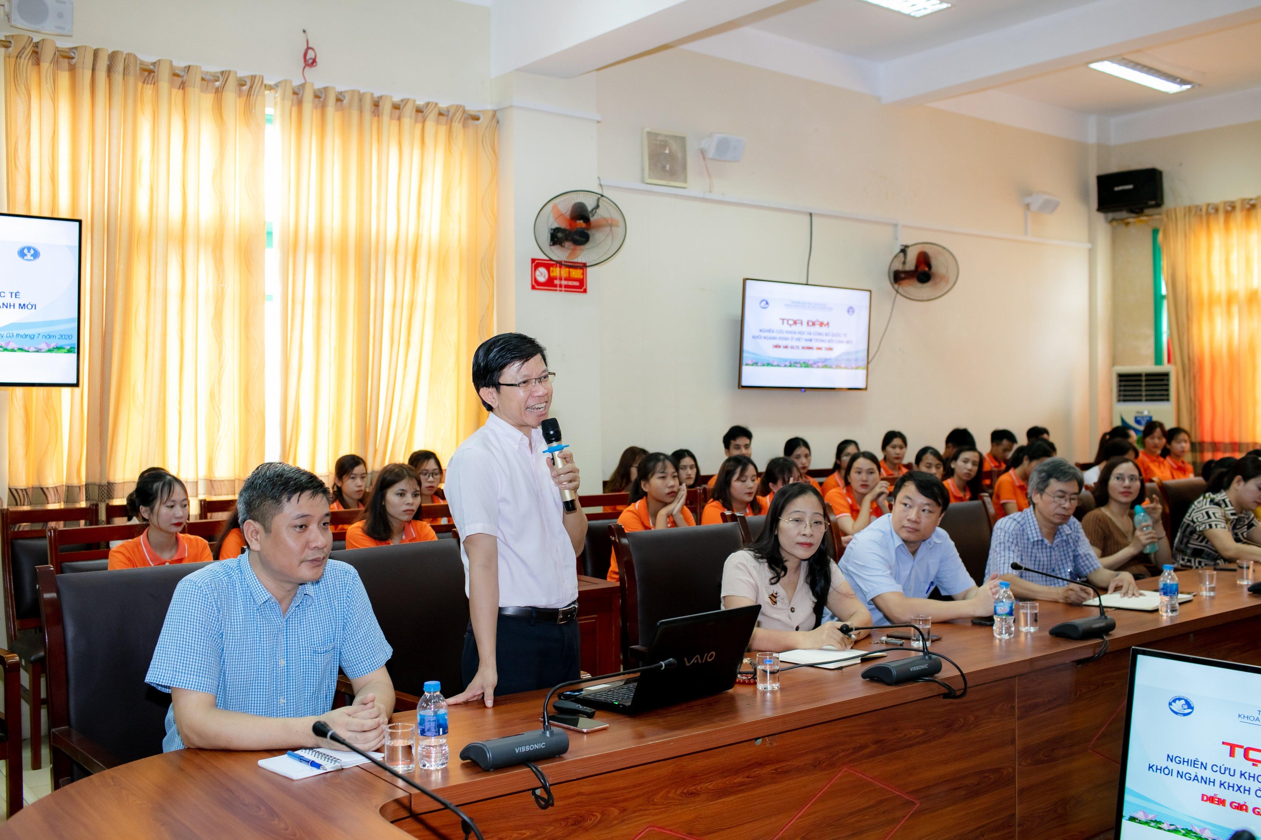 GS. TS. Hoàng Anh Tuấn chia sẻ kinh nghiệm với thầy trò trường Đại học Khoa học