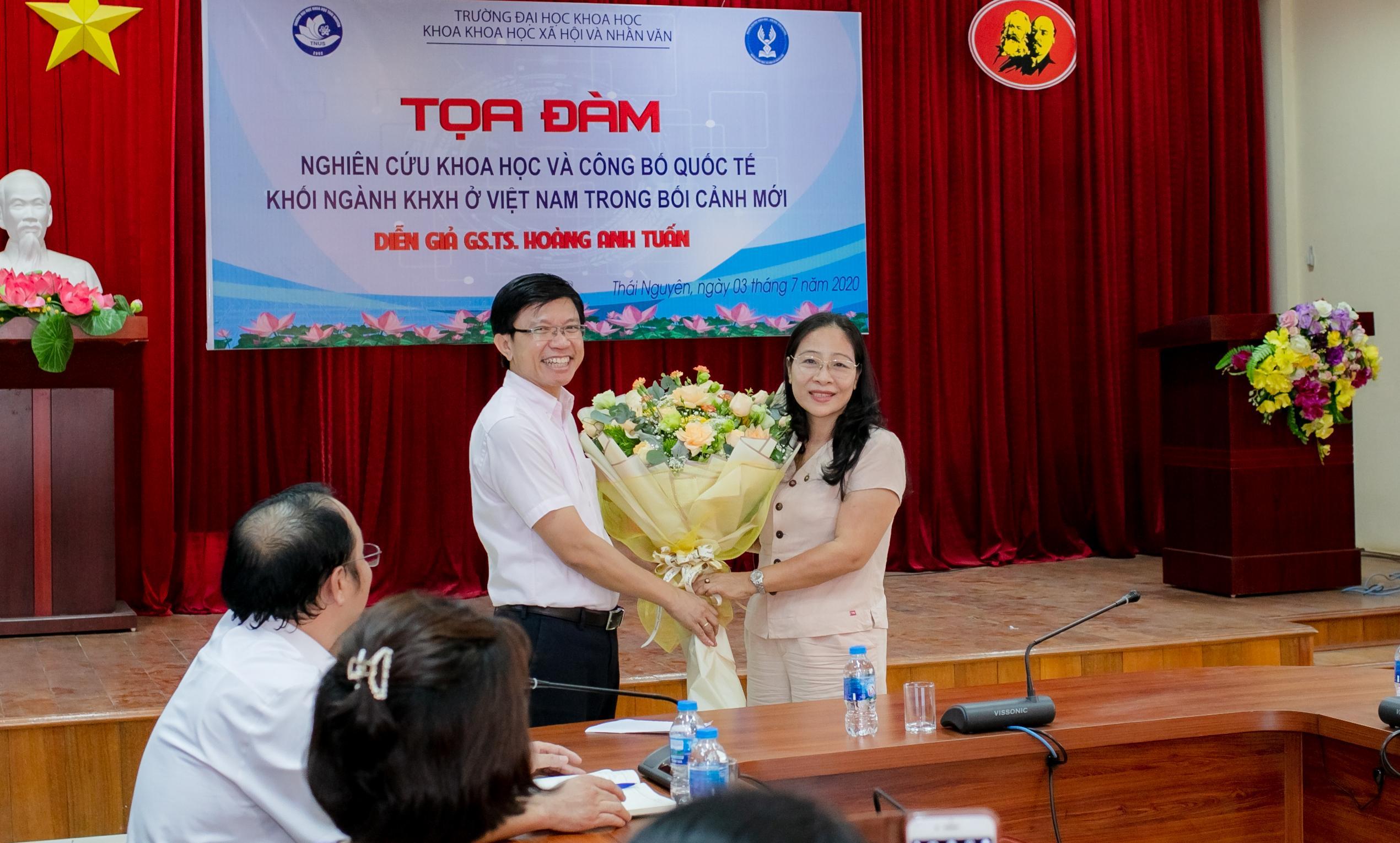 PGS. TS. Phạm Thị Phương Thái tặng hoa cảm ơn GS. Hoàng Anh Tuấn